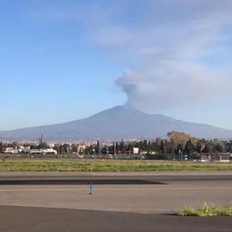 Catania, l'Etna fa ancora i capricci Dirottato a Comiso volo da Orio