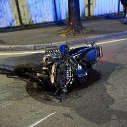 Moto contro auto, muore una donna Scontro frontale in via Carnovali
