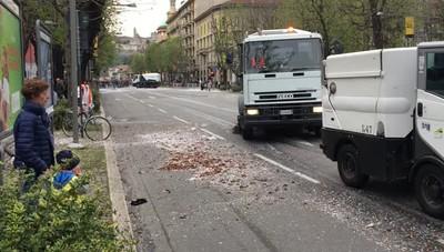 Mezzi di pulizia strade dietro i carri della sfilata