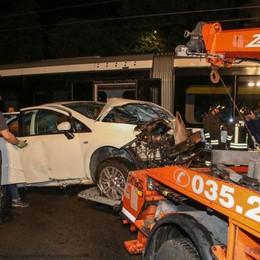 Auto contro tram delle valli -Foto e Video Teb deraglia alla Martinella: due feriti lievi