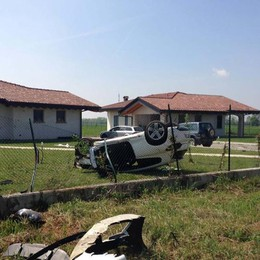 Auto salta la rotatoria e va fuori strada Mornico, due feriti il giorno di Pasqua