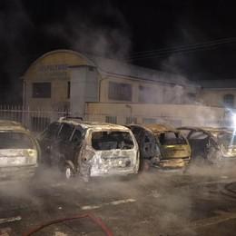 Macchine in fiamme a Credaro Si indaga sulle cause: auto distrutte