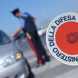 Sull'auto aveva una paletta dei carabinieri Giovane denunciato a Calcinate