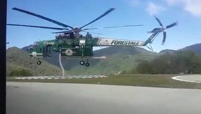 Incendi, ecco come si rifornisce l'elicottero