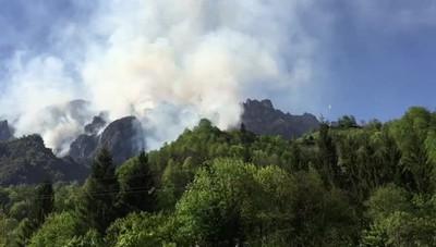 Incendio Val Taleggio, la montagna brucia