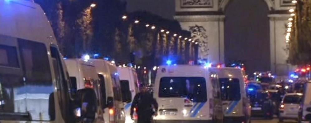 Parigi, sparatoria sugli Champs Elysées  Morto un agente. «È terrorismo»