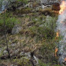 Val Taleggio, l'incendio continua - Foto Fino a venerdì chiusa la strada degli Orridi