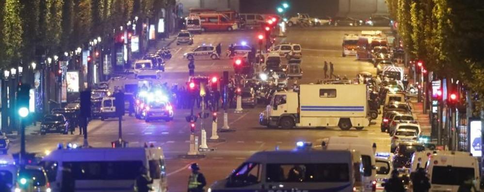 Attacco a Parigi, l'Isis rivendica Uccisi un poliziotto e l'assalitore
