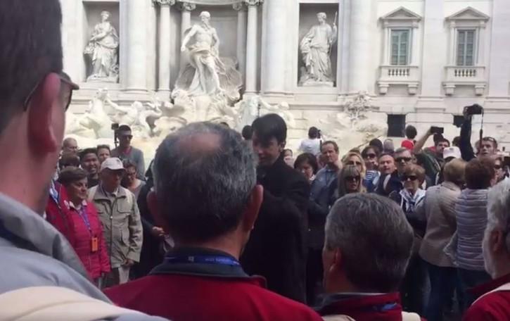Ruba la scena alla Fontana di Trevi Il coro Idica incanta i turisti- Video