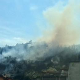 Strozza, pneumatici a fuoco nel bosco Fumo denso, intervengono i pompieri