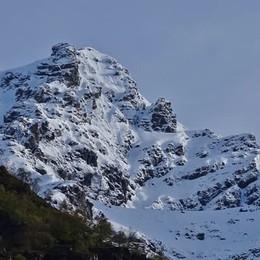 Neve sulle cime, verde nelle valli La primavera sulle Orobie bergamasche