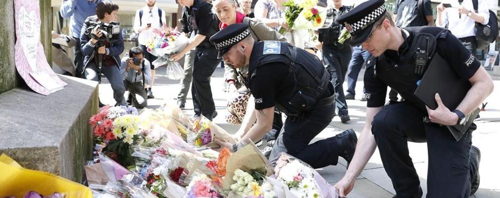 Fiori per le vittime a Manchester.