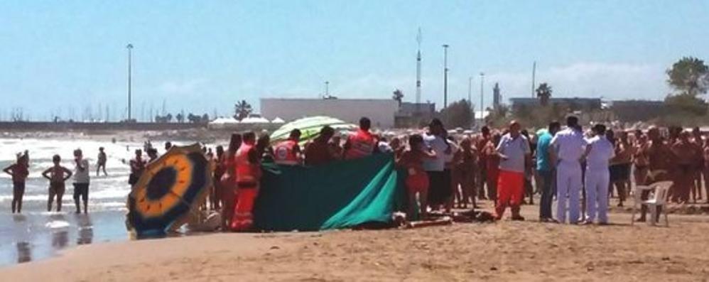 Muore annegato davanti al figlio La vittima è un ingegnere 44enne