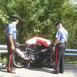 Perde il controllo della moto e finisce in una scarpata: ferito