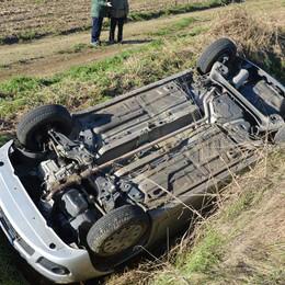 Il sole li abbaglia a Fara Olivana  Auto si ribalta, coppia ferita