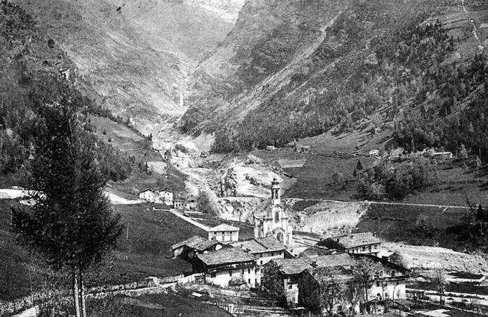 Un'immagine d'epoca di Bueggio e della Valle del Gleno con lo squarcio nella diga