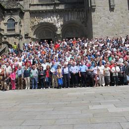 Il vescovo e i pellegrini a Santiago L'Atlantico un assaggio dell'infinito