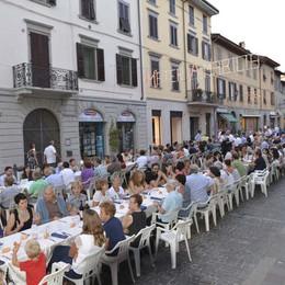 Santa Caterina, decimo  anno  per la lunga tavolata in strada