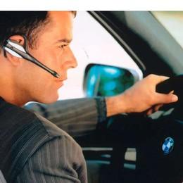 Auricolare, microcamera e telefono    per superare  l'esame della patente