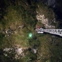 Appeso a un albero sullo strapiombo  80enne salvato dai pompieri - il video