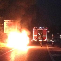 Auto distrutta delle fiamme Salvi mamma e tre bambini