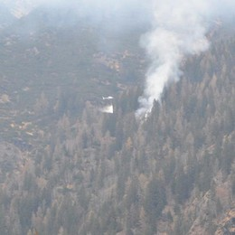 Bosco in fiamme a 2 Km da Schilpario Arriva l'elicottero: eccolo in azione - video