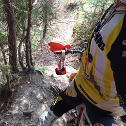 «Cavi d'acciaio nel bosco» - Foto e video Endurista lancia l'allarme via Facebook