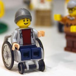 Lego svela il primo personaggio disabile Un ragazzo sulla sedia a rotelle - Video