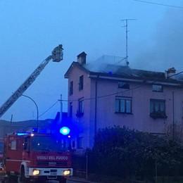 Pagazzano, tetto di una casa in fiamme Quattro persone in salvo -Foto