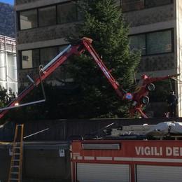 Montano le luci di Natale e cadono Due operai feriti a Villa d'Ogna