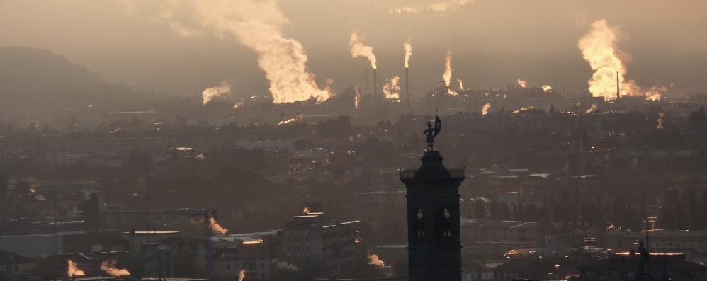 Smog, aria irrespirabile a Bergamo Limitazioni a Brescia e Cremona