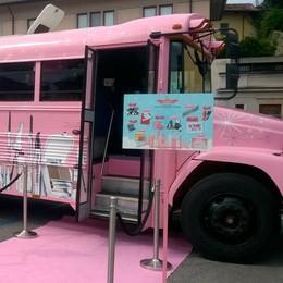 Il bus rosa di Benefit  fa tappa a Orio