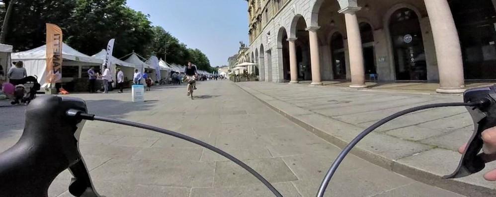 La ciclabile dal Monterosso al centro Viaggio a ostacoli sui marciapiedi - video