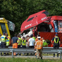 Svizzera, incidente in autostrada  Quattro morti, gravissimo il camionista