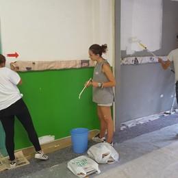 «Un giorno di ferie per la comunità» A Lurano cittadini imbiancano la scuola