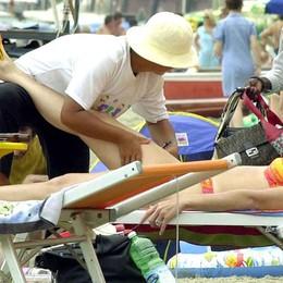 Massaggi fuorilegge sotto l'ombrellone Multe agli abusivi, rischiano anche i clienti