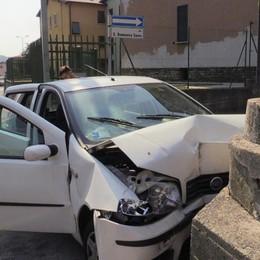 Malore, una donna esce di strada e si schianta contro un muretto: è grave