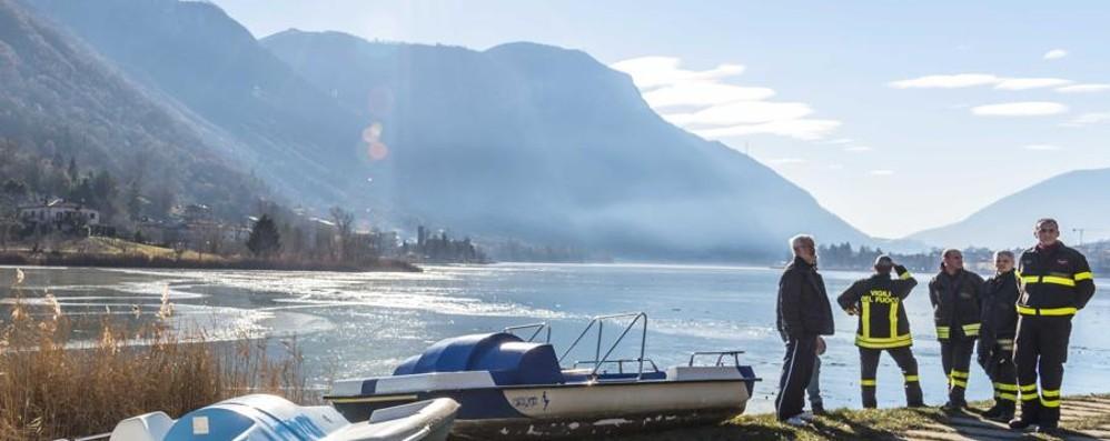 Tragedia sfiorata sul ghiaccio, i sindaci: «Sorvegliare il lago? Impossibile»