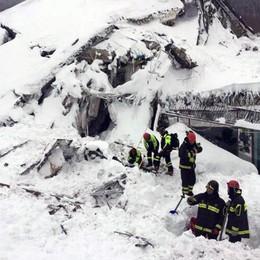 Valanga su hotel: 4 morti, oltre 25 dispersi «Le speranze si riducono» - Foto e video