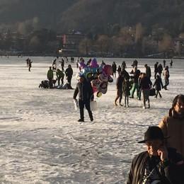 In mille sul ghiaccio ignorano il divieto Da dicembre  sul lago nessuna multa