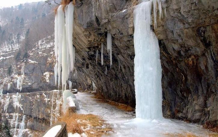 La via Mala e le sue cascate di ghiaccio Uno spettacolo della natura – Foto e video