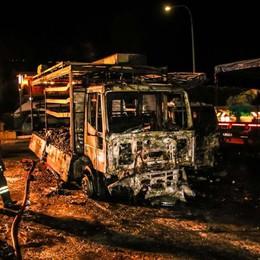 Incendi nella notte- Foto e video  Danni ingenti a Barzana e Oltre il Colle