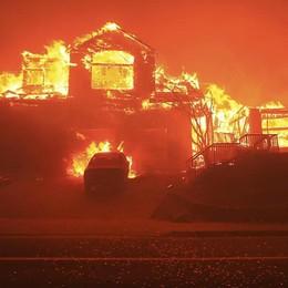 Maxi rogo in California - Foto Dieci morti, oltre 20 mila evacuati