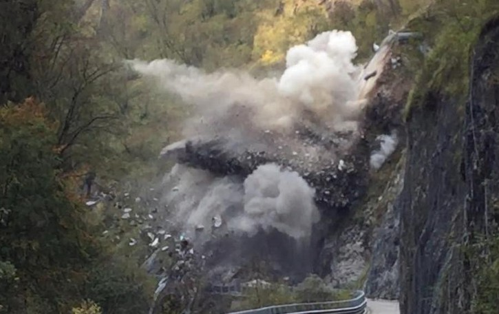 Taleggio, dinamite per liberare la strada Guarda il video dell'esplosione della frana