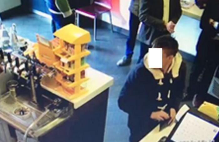 La telecamera riprende uno degli arrestati in azione