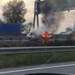 Furgone a fuoco in autostrada -Video Code a Grumello in direzione Bergamo