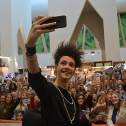 Bagno di folla per Thomas A Le Due Torri selfie e autografi