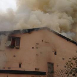 Casnigo, fiamme in una casa Vigili del fuoco in azione
