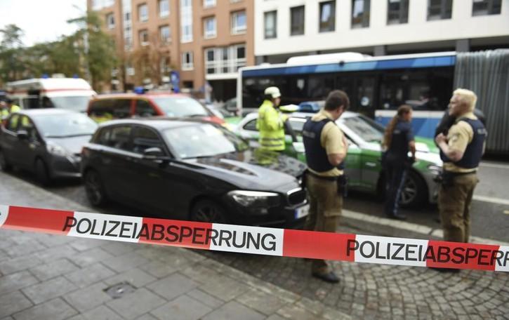 Ferisce passanti a coltellate Terrore a Monaco di Baviera