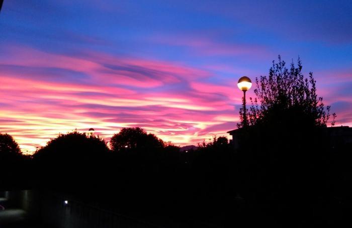 Tutti con gli occhi al cielo per il tramonto